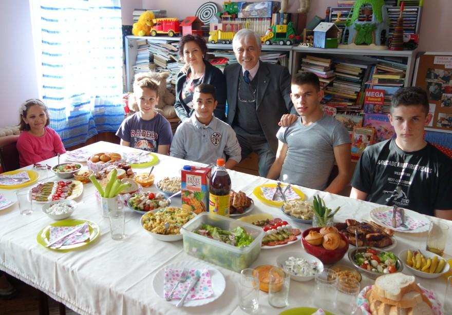 Alcuni dei ragazzi dello ˝Shelter for Children˝ con la Direttrice, Signora Danijela Stojkovic, e l'Amb. Alberto di Luca
