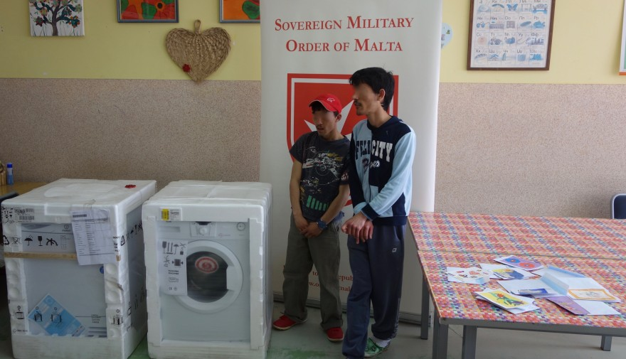 """Dva dečaka iz ustanove """"Sremčica"""" među onima koji su poželeli mašine za pranje i sušenje veša . Na stolu, sa desne strane, su vidljiva pisma spremna da budu poslata  Ambasadi Reda u Beogradu."""