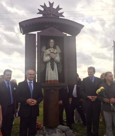 "Skulptura Arhangela Gavrila instalirana na ""dolini anđela"". Sa desne strane na fotografiji umetnika vajar, Veliki Kancelar i Veliki Hospitalac."