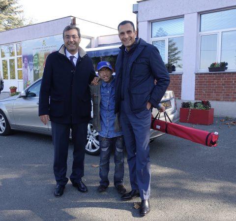 A sinistra il Segretario d'Ambasciata Luca Marzocco con il giovane Zoran e a destra il Primo Segretario Giorgio Giuliano