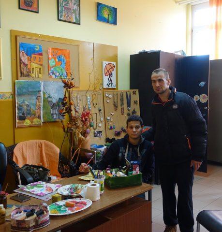I due Ambasciatori hanno visitato la struttura soffermandosi in particolare nelle aree dedicate alla formazione dei ragazzi e ai loro lavori manuali e di artigianato