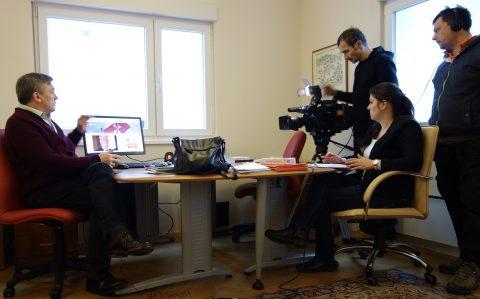 Direktor projekta Nenad Prokić ''Make a WISH'' u toku intervjua u ambasadi sa novinarkom Jelenom Petrović sa Javnog servisa RTS