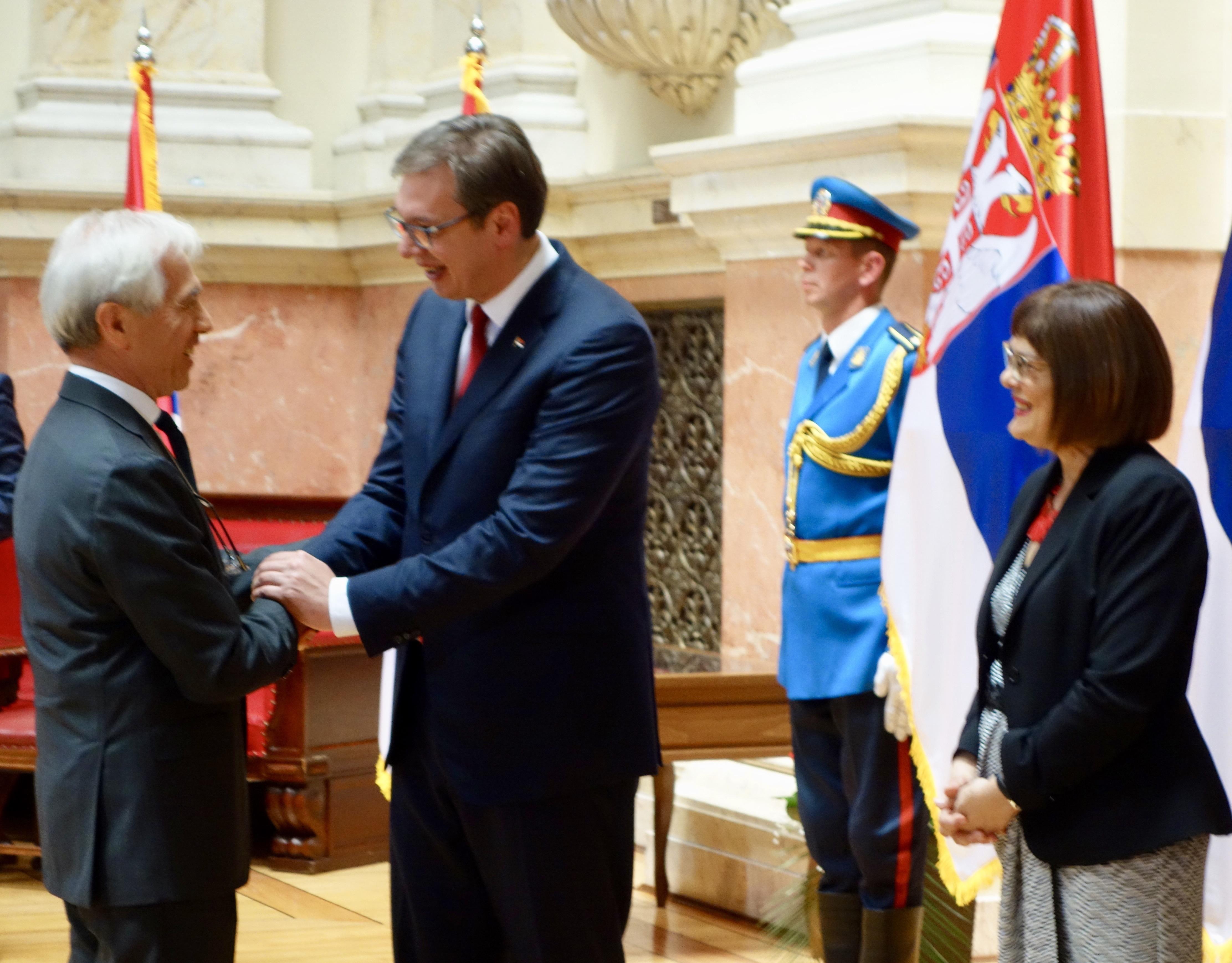 L'Amb. di Luca con il Presidente Vučić; alla sua destra, il Presidente del Parlamento serbo On. Maja Gojkovic.