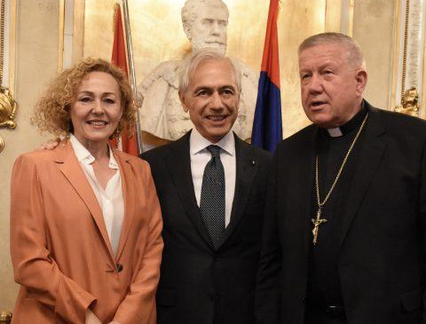 Beogradski Nadbiskup, Nj.E. Mons. Stanislav Hočevar prilikom dolaska u Nar. pozorište