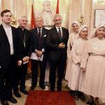 Sa apostolskim nuncijem Nj.E. Mons. Lučanom Surijanijem, Mons. Filipom Kolnagom i tri časne sestre iz Nuncijature u Beogradu