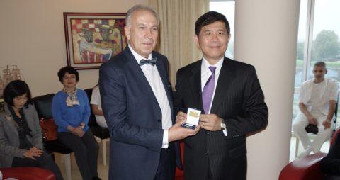 Il Direttore del Sava Surgery di Nis, dr Dragan Stefanović, mentre consegna una medaglia ricordo a S.E. l'Amb. Andrew Y. Chang
