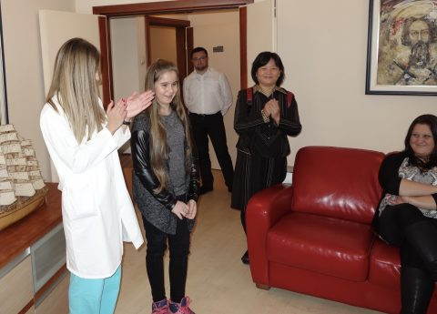Una Dottoressa del Sava Surgery di Nos, mentre descriva il decorso della malattia di Sandra. Alla destra nella foto la mamma di Sandra. (N.B. foto scattata e autorizzata alla pubblicazione dai genitori di Sandra)