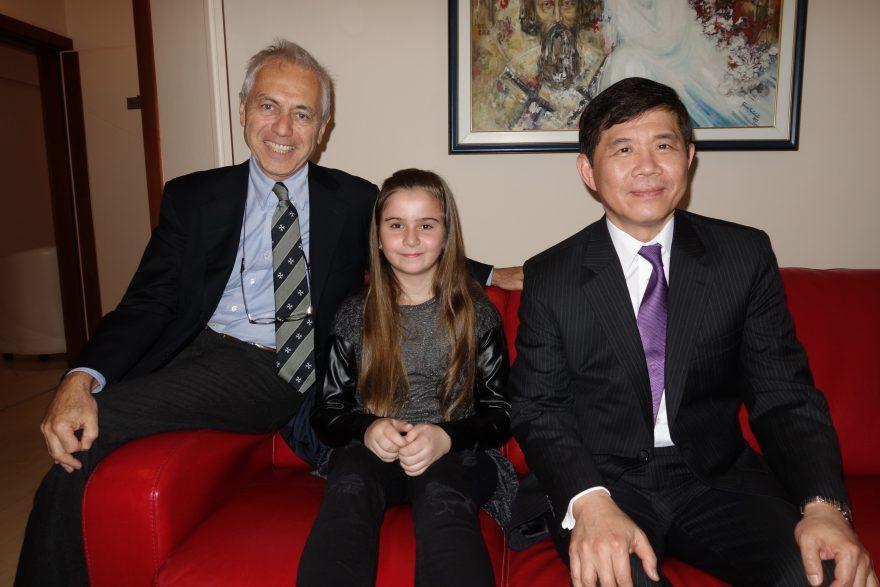 Il gioioso sorriso di Sandra, seduta fra S.E. l'Amb. Alberto di Luca e S.E. l'Amb. Andrew Y. Chang (N.B. foto scattata e autorizzata alla pubblicazione dai genitori di Sandra)
