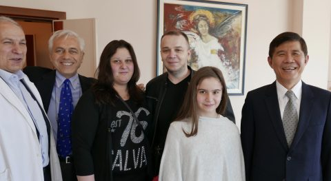 Sandra con i suoi genitori e a sin il Prof. Dragan Stefanovic, l'Amb. di Luca e a destra l'Amb. Chang